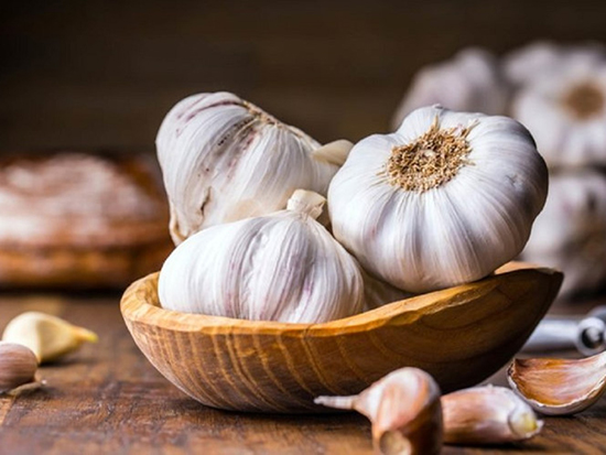 Tỏi tươi có chứa allicin, một chất kháng sinh tự nhiên có khả năng cải thiện đáng kể bệnh cao huyết áp.