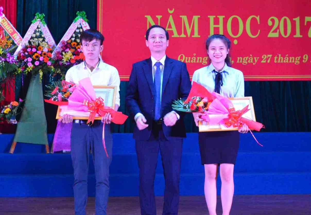 Phát thưởng cho thủ khoa mùa tuyển sinh năm nay và sinh viên xuất sắc của trường năm học trước. Ảnh: Q.T