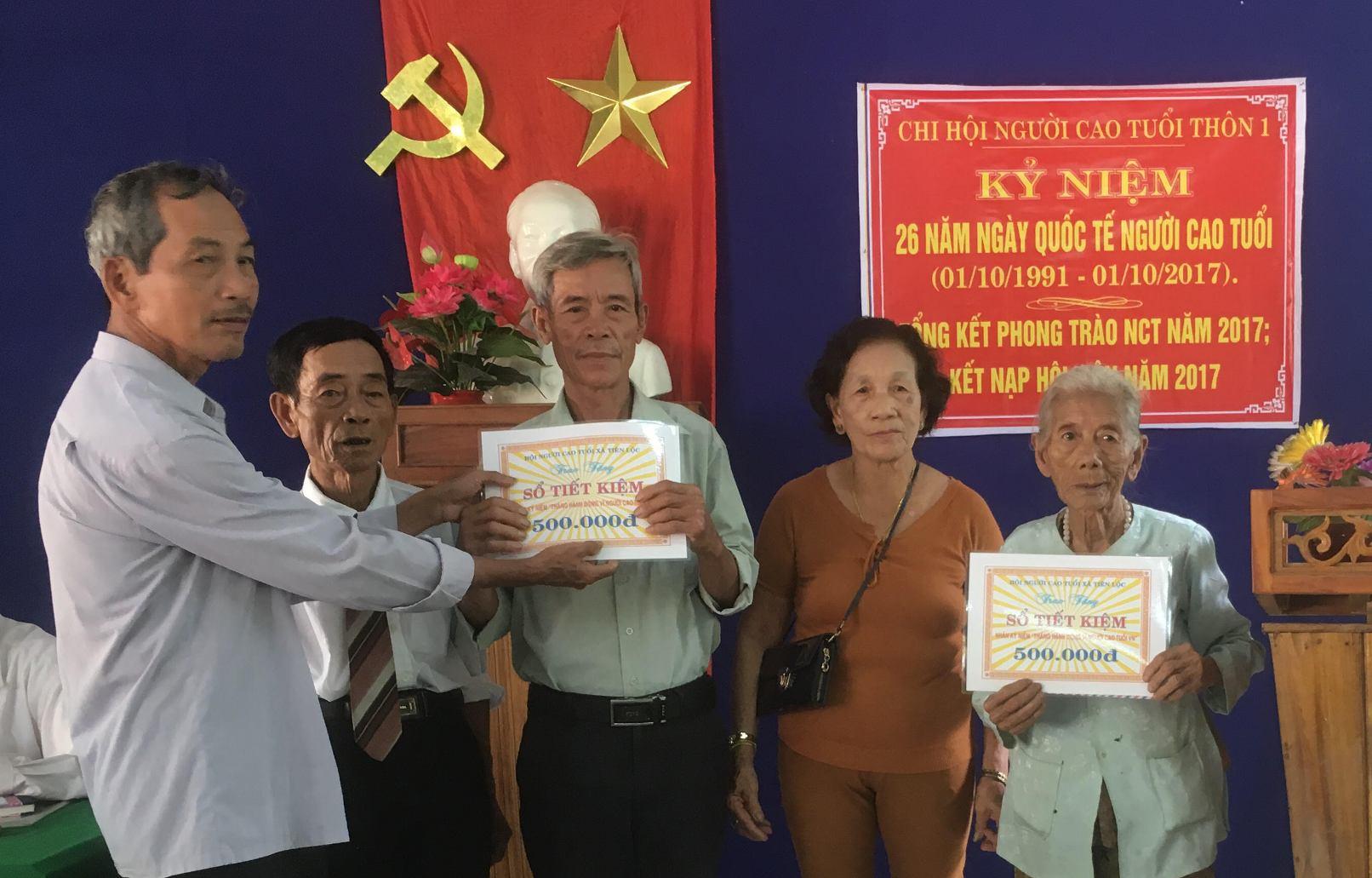 Chi hội Người cao tuổi thôn 1, xã Tiên Lộc trao sổ tiết kiệm cho những hội viên có hoàn cảnh khó khăn. Ảnh PHAN VINH