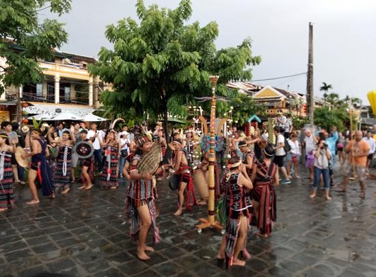 Các nghệ sỹ Cơ Tu trình diễn vũ điệu trên đường phố Hội An