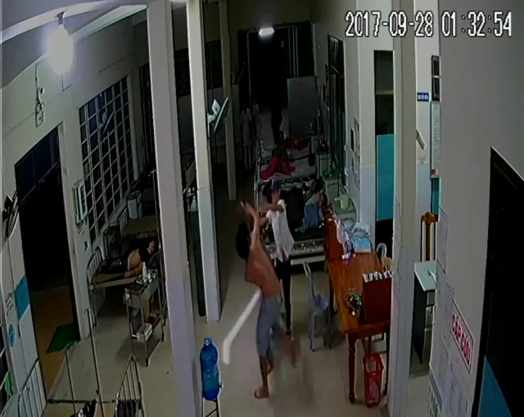 Nhóm thanh niên gây rối tại bệnh viện khi đưa người đi cấp cứu vào thời điểm rạng sáng. ảnh cắt từ Camera bệnh viện