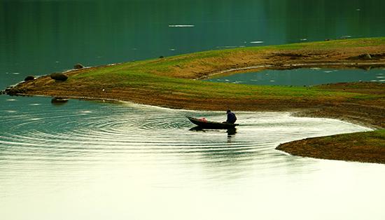 Thả lưới trên hồ.