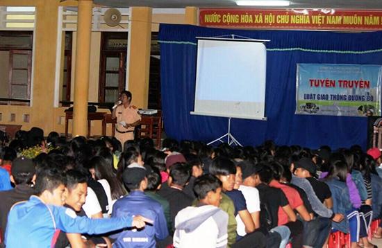 Cán bộ Đội CSGT số 2 tuyên truyền quy định của pháp luật về an toàn giao thông cho học sinh Trường THPT Nguyễn Văn Trỗi bằng các trò chơi đố vui có thưởng. Ảnh: T.C