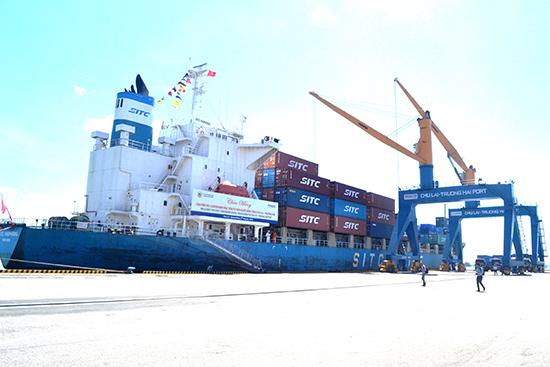 A 20-ton ship landing at the Chu Lai-Truong Hai port