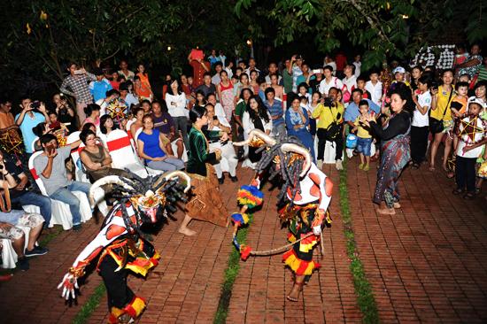 Các họa sĩ, nghệ sĩ Indonesia trình diễn một trong những điệu nhảy truyền thống của mình giao lưu tại triển lãm. Ảnh: MINH HẢI