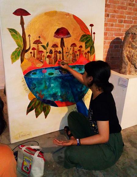 Các họa sĩ Việt Nam sáng tác tại Công viên đất nung Thanh Hà. Ảnh: MINH HẢI