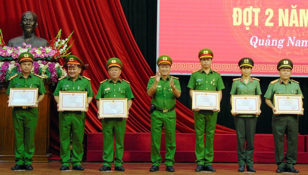 Nhiều tập thể, cá nhân được khen thưởng nhờ thành tích đóng góp cho các hoạt động của Công an tỉnh thời gian vừa qua. Ảnh: N.T