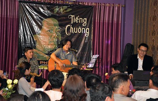 """Đêm nhạc """"Tiếng chuông"""" ở Sài Gòn của nhạc sĩ Ngọc Phước. Ảnh: N.H.H.M"""