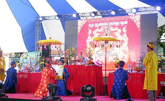 Dâng hương ngày giỗ Tổ nghề sân khấu – biểu lộ lòng tri ân với tổ tiên nghề nghiệp. Ảnh: LÊ QUÂN