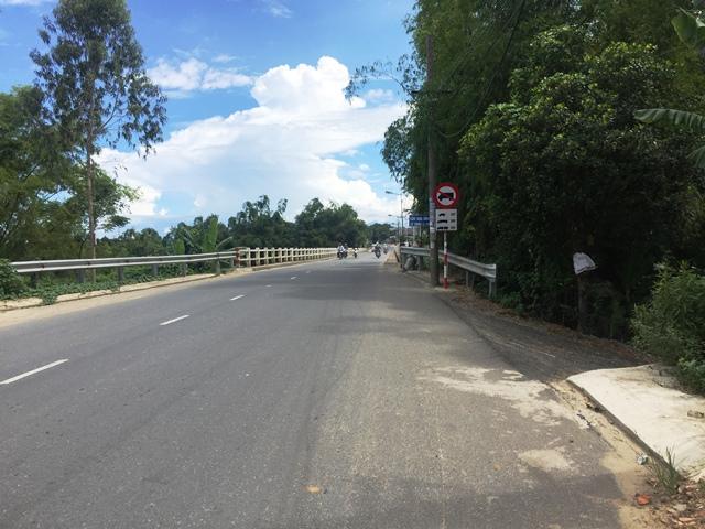 Cầu Hòa Đông (thị trấn Ái Nghĩa), nơi xảy ra sự việc. Ảnh: TRIÊU NHAN