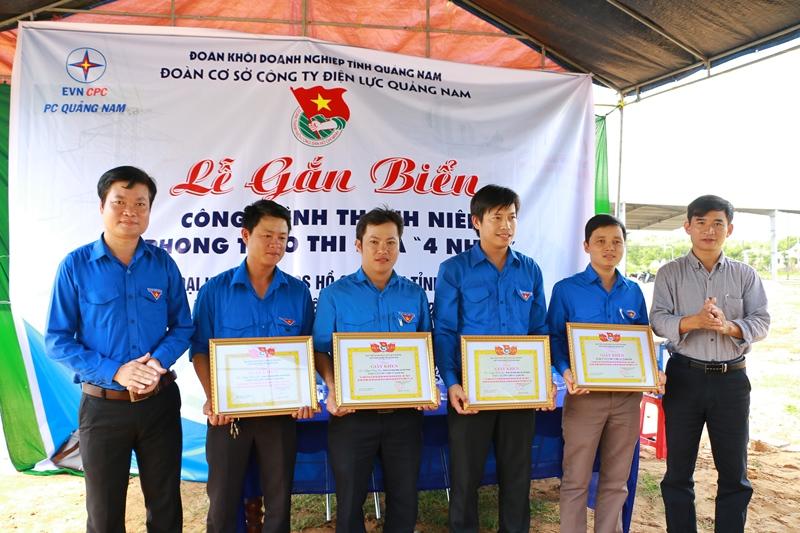 Anh Nguyễn Văn Hợi - Bí thư Đoàn khối Doanh nghiệp tỉnh (ngoài cùng bên trái) tặng giấy khen cho các ĐVTN xuất sắc trong phong trào thi đua