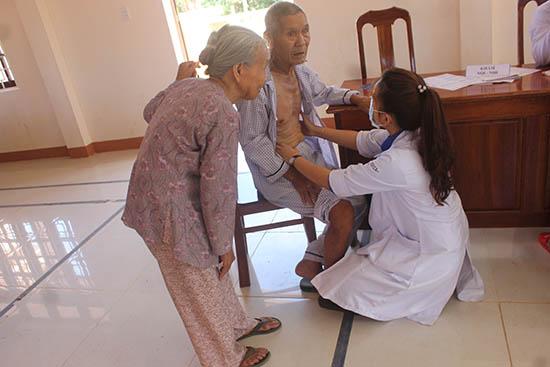 Hỗ trợ kinh  phí bệnh nhân nghèo và tình nguyện khám, chữa bệnh cho cộng đồng là hoạt động công tác xã hội thường xuyên của BVĐK Trung ương Quảng Nam. Ảnh: C.N
