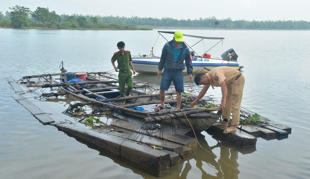 Các lực lượng cảnh sát liên quan đang kiểm tra số gỗ bắt giữ được. Ảnh: XUÂN THỌ
