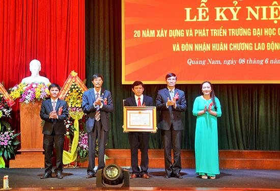 Trường Đại học Quảng Nam đón nhận Huân chương Lao động hạng Nhì tại lễ kỷ niệm 20 năm thành lập, tháng 6.2017.Ảnh: X.PHÚ