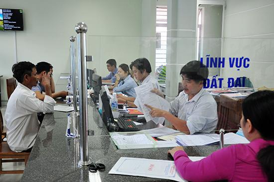 Người dân được hướng dẫn tận tình khi đến giải quyết TTHC tại Bộ phận tiếp nhận và trả lời kết quả TP.Tam Kỳ. Ảnh: HÀN GIANG