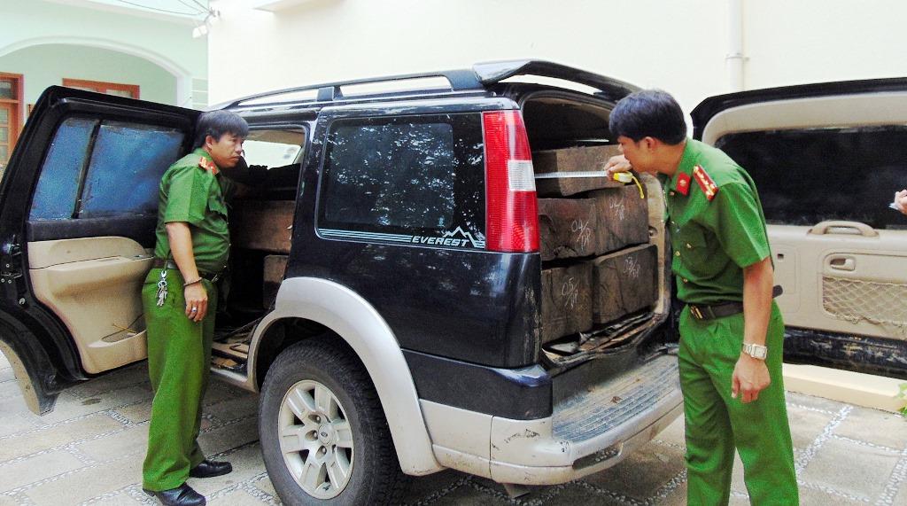 Chiếc xe Everet cùng số gỗ tang vật bị tạm giữ chờ xử lý. Ảnh: CA cung cấp