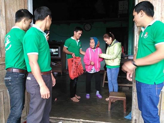 Câu lạc bộ Tuổi trẻ Duy Trinh tổ chức thăm hỏi và trao tặng quà cho những mảnh đời bất hạnh. Ảnh: N.T