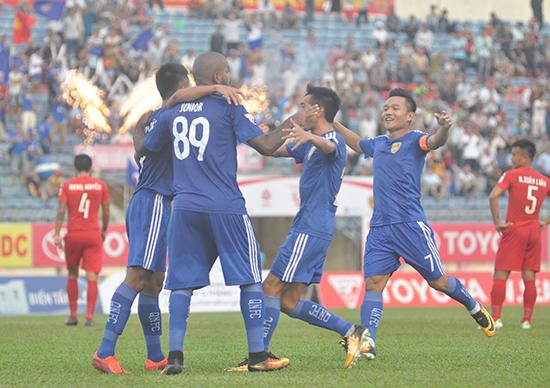 """Quảng Nam mùa này thi đấu thăng hoa song chưa đủ """"tầm"""" để vô địch V-League."""