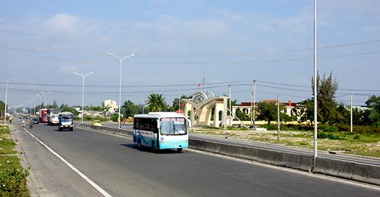 Quốc lộ 1 đoạn qua Quảng Nam.  Ảnh: PHƯƠNG THẢO