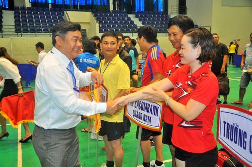 Ban tổ chức giải tặng cờ và hoa động viên các vận động viên trước giờ thi đấu. Ảnh: T.Vy