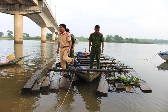 Lực lượng CSGT bắt giữ vụ vận chuyển gần 8m3 gỗ trên sông Thu Bồn vào ngày 10.10 vừa qua.