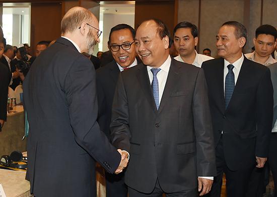 Thủ tướng Chính phủ Nguyễn Xuân Phúc chào mừng các nhà đầu tư trong và ngoài nước tham dự diễn đàn. Ảnh: Chinhphu.vn