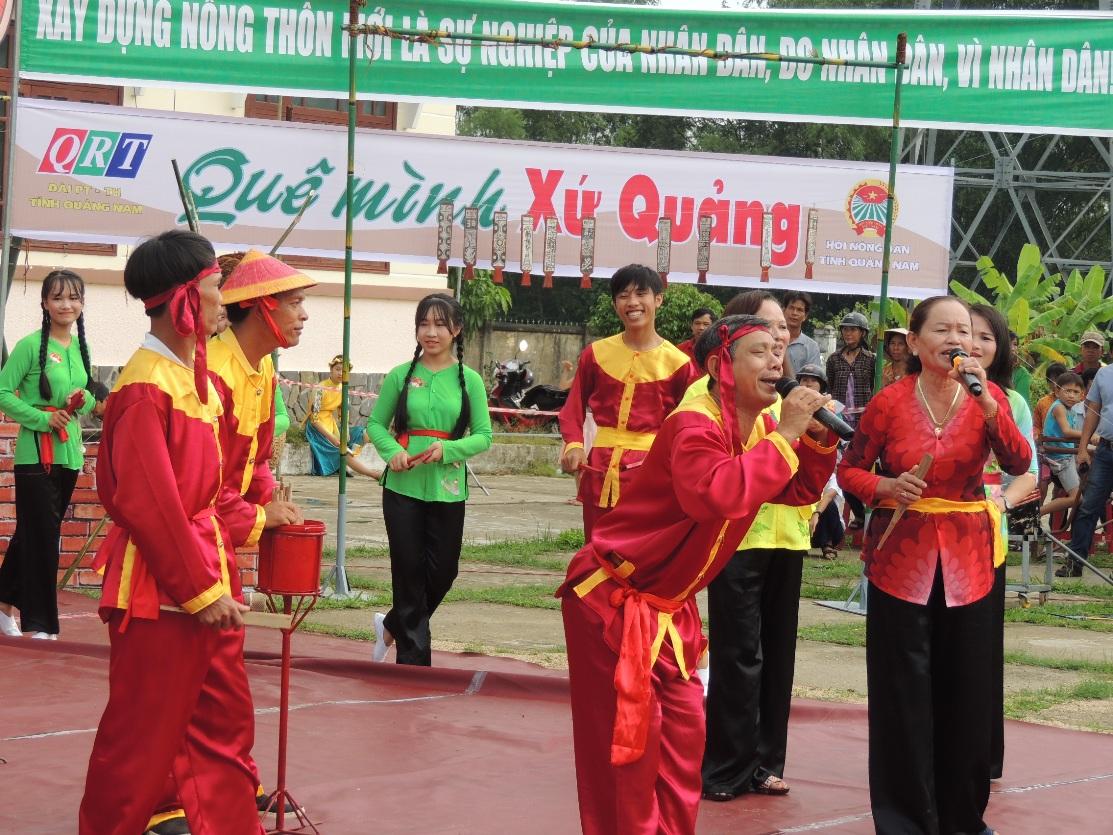 Đội chơi thôn Ký Phú giới thiệu qua hình thức trò chơi bài chòi.
