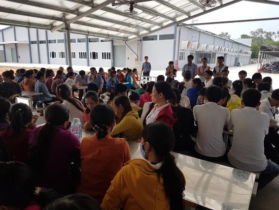 Đại diện Công ty UWS và các phòng, ban của huyện Phú Ninh đối thoại với công nhân. Ảnh: L.Đ