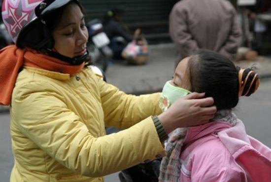 Khi cho trẻ ra ngoài cần giữ ấm để không bị nhiễm lạnh.