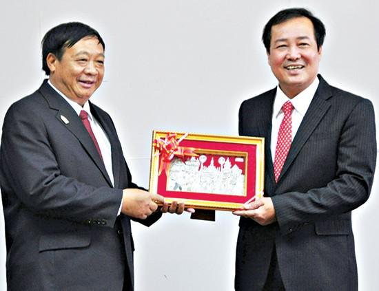 Mr. Dia Lochi Va gives Mr. Toan a souvenir.