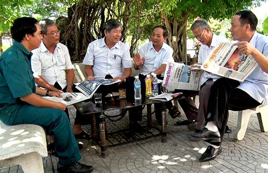 Bạn đọc với Báo Quảng Nam.  Ảnh: PHAN VINH