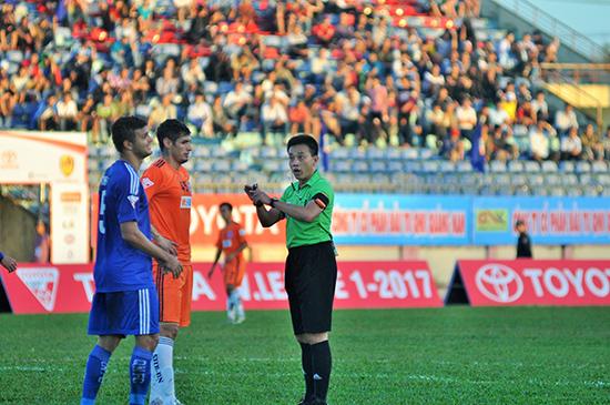 Trọng tài đẳng cấp FIFA Võ Minh Trí điều hành trận derby xứ Quảng giữa Quảng Nam và SHB Đà Nẵng.