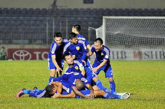 Niềm vui của các cầu thủ Quảng Nam sau khi giành ngôi vị đầu bảng. Ảnh: AN NHI