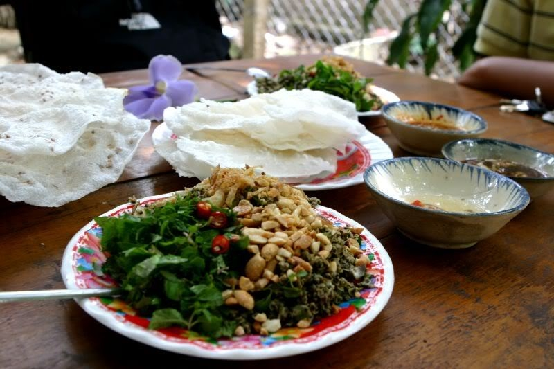 Banh Dap and fried mussels in Hoi An (Photo: foody.vn)