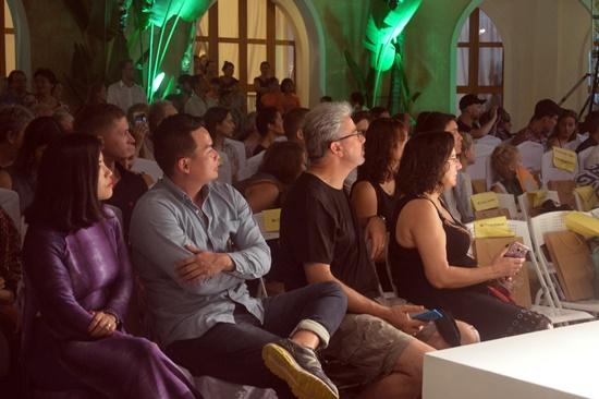 Buổi trình diễn thu hút đông đảo người xem và du khách
