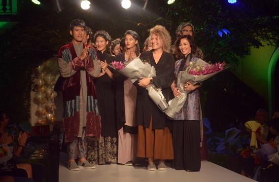 Phó Chủ tịch UBND tỉnh Lê Văn Thanh tặng hoa chúc mừng Yaly
