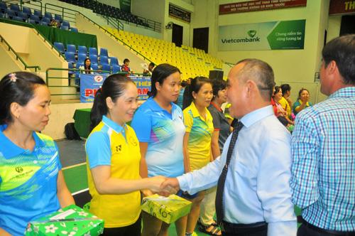 Ban tổ chức tặng quà cho các vận động viên nữ nhân ngày Phụ nữ Việt Nam. Ảnh: T.Vy