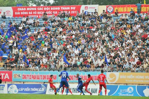 Sân Tam Kỳ thu hút 15.000 khán giả đông nhất trong vài năm trở lại đây. Ảnh: T.Vy