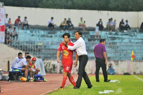 HLV Dương Minh Ninh động viên Công Phượng khi anh sớm rời sân. Ảnh: T.Vy