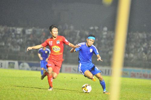 Thanh Hưng (bên phải) thi đấu rất nỗ lực, băng đầu do bị chấn thương cuối hiệp 1, nhưng vẫn không thể giúp đội nhà có được chiến thắng. Ảnh: T.Vy