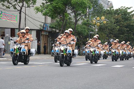 Lực lượng cảnh sát giao thông và phương tiện tham gia dẫn đường, đảm bảo an toàn giao thông
