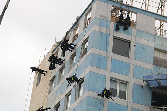 Đặc nhiệm đu dây để tiến hành khống chế khủng bố, giải cứu con tin.