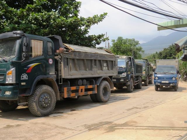 Đoàn xe bị chặn nằm dài trên đường ĐT 609 qua thôn Hà Thanh, xã Đại Đồng. Ảnh: TRIÊU NHAN