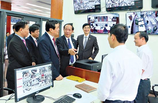 Lãnh đạo tỉnh kiểm tra hoạt động tại Trung tâm Hành chính công và xúc tiến đầu tư tỉnh. Ảnh: VĂN HÀO