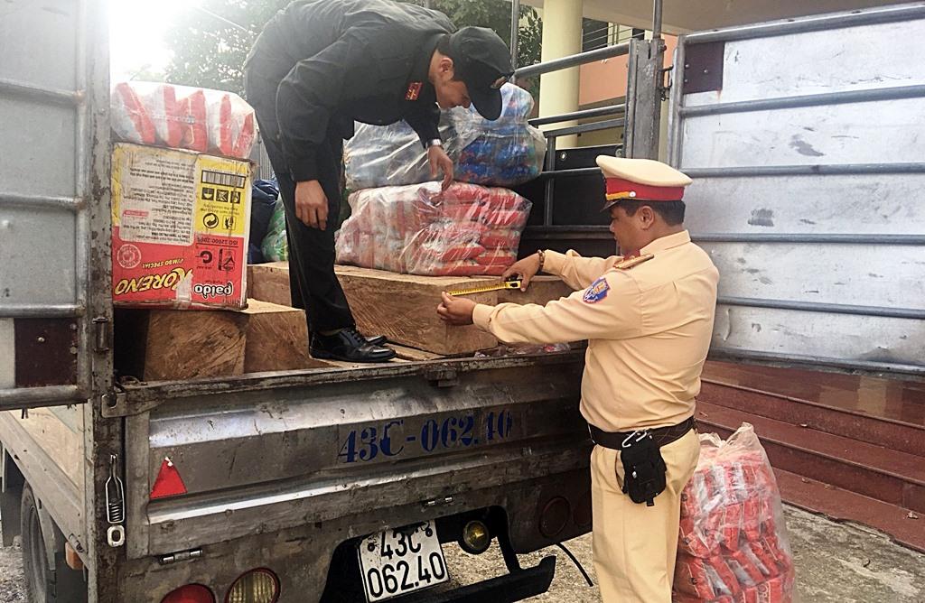 Số gỗ cùng xe tải dùng vận chuyển bị tạm giữ để xử lý. Ảnh: CA cung cấp