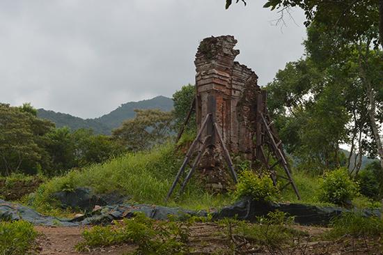 Nhóm tháp H đã được khai quật, chống đỡ.