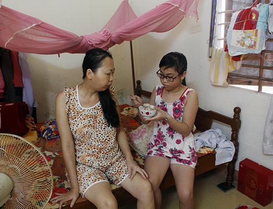 Chị Trịnh Thị Trâm Oanh hàng ngày chống chọi với căn bệnh ung thư xương quái ác. Ảnh: NHƯ TRANG
