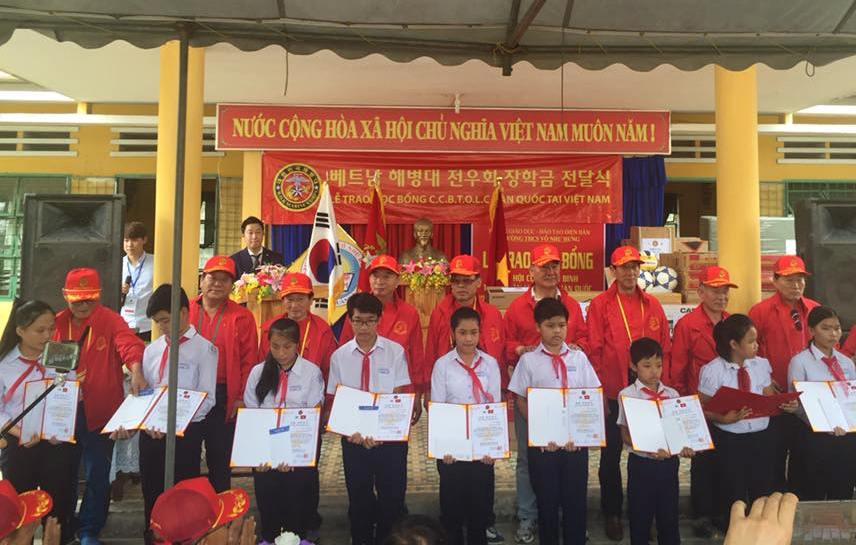 Hình ảnh:  Hội cựu chiến binh thủy quân lục chiến Hàn Quốc trao học bổng cho học sinh nghèo trường THCS Võ Như Hưng. (ảnh: Như Trang)