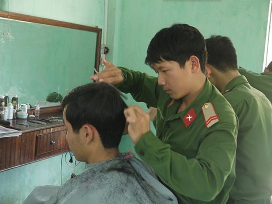 Một góc phòng cắt tóc quân nhân của Trung đoàn 143, Sư đoàn 315.