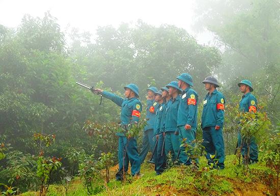 Lực lượng vũ trang xã A Nông cùng tham gia công tác tuần tra khu vực biên giới, góp phần đảm bảo bình yên cho bản làng. Ảnh: ĐĂNG NGUYÊN